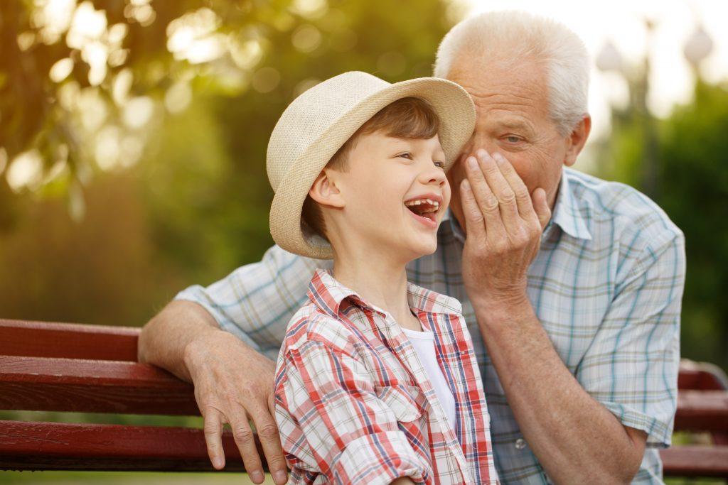 Opa lüstert Enkel sein altes Wissen ins Ohr