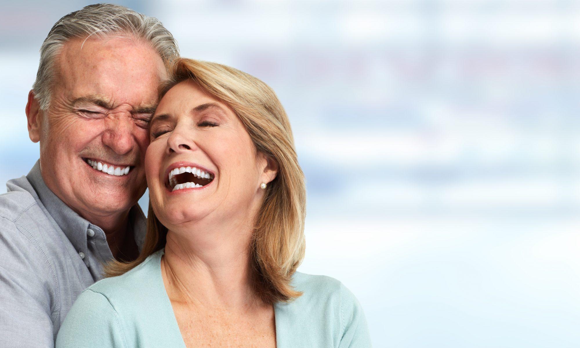 Früöhlich lachendes Paar der Generation 50 plus