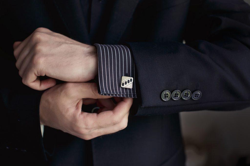 Gutgekleideter Herr, mit Anzug, Hemd und Manschetten