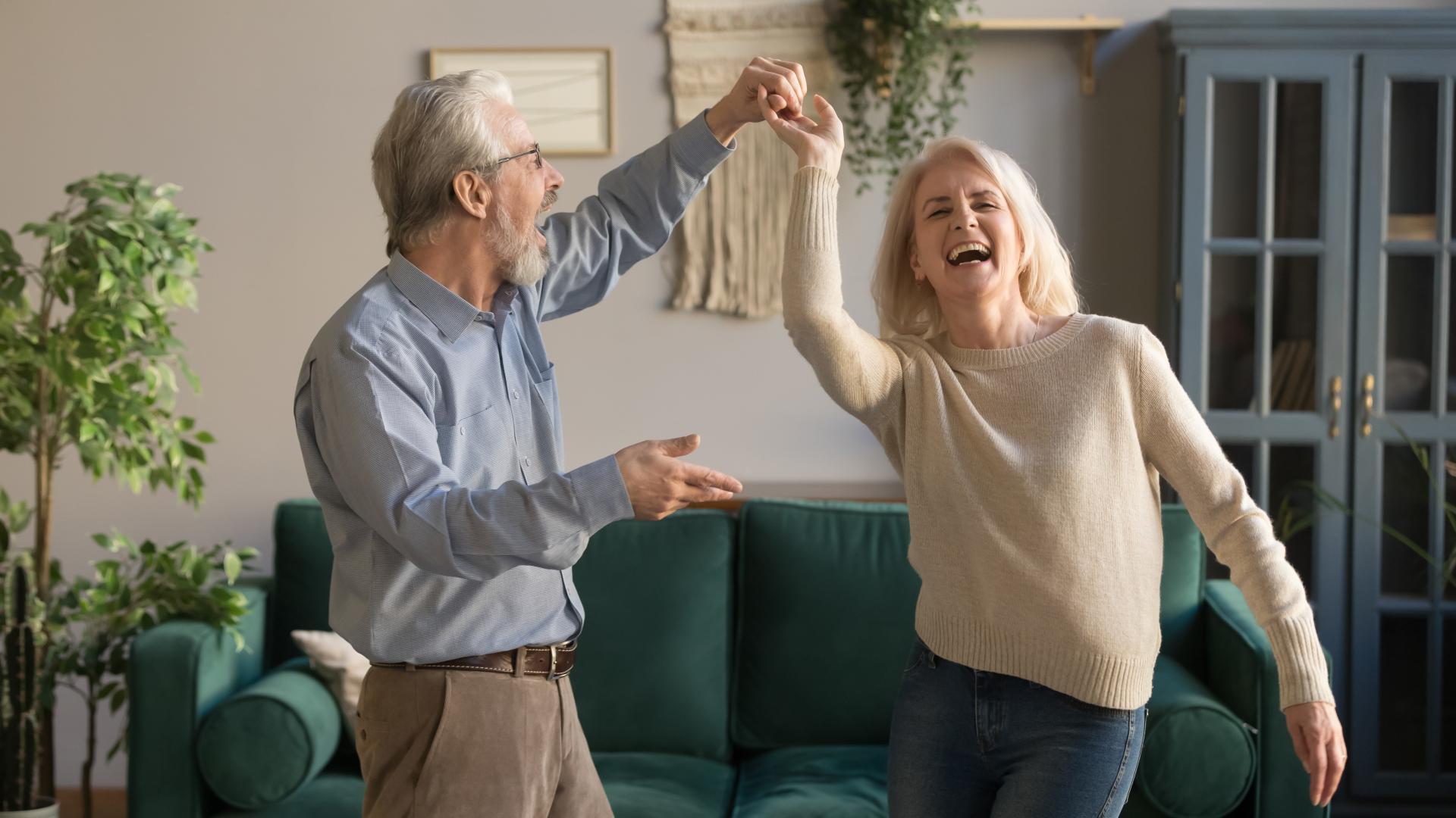 Reifes Paar fröhlich tanzend