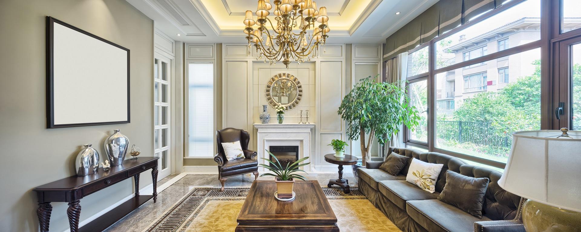 Stilsicher eingerichtetes Wohnzimmer mit Kronleuchter
