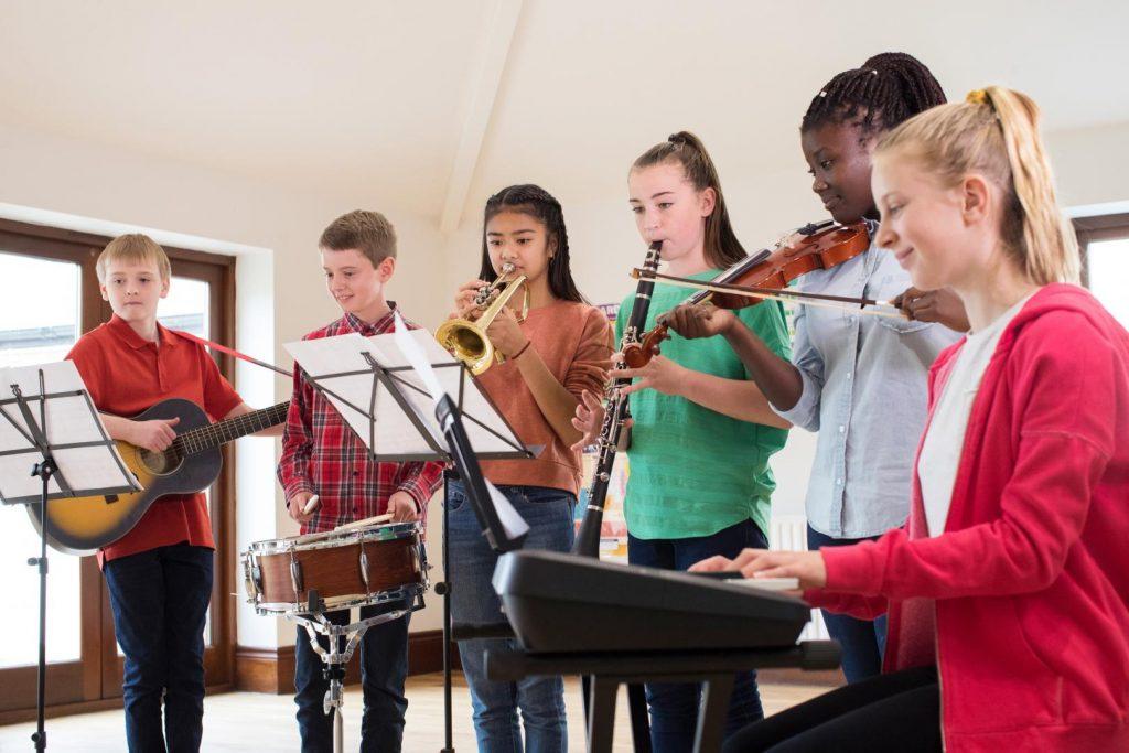 Eine Gruppe Jugendlicher musiziert miteinander