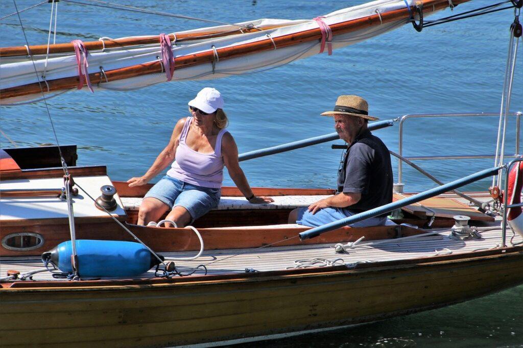 Rentnerpaar sitzt auf einem Segelschiff