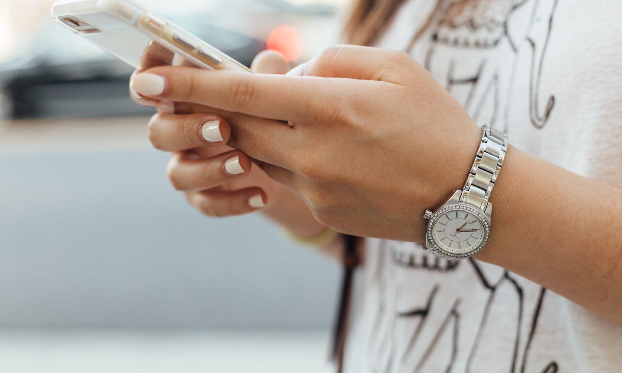 Frauenhände am Smartphone